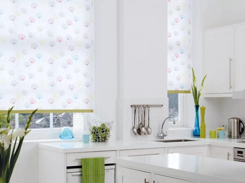 белая кухня какие шторы